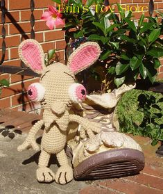 Ren et Stimpy 2 Crochet Patterns par Erin Scull - Le Monde Rouge Décoration Crochet Keychain Pattern, Cute Pattern, Toy Store, Yarn Crafts, Needlework, Dinosaur Stuffed Animal, Crochet Patterns, Weaving, Things To Sell