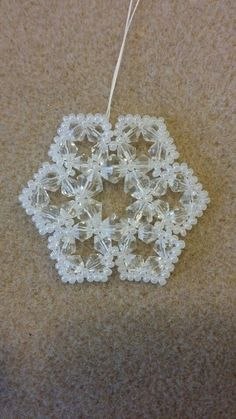 Flores Christmas Ornaments To Make, Christmas Snowflakes, Christmas Jewelry, Christmas Crafts, Beaded Crafts, Beaded Ornaments, Handmade Ornaments, Snowflake Ornaments, Beading Projects