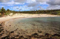 Localizada na costa norte de Páscoa, Anakena é uma tranquila praia de areia fina, coqueiros e com águas esverdeadas. As ondas fracas e as temperaturas amenas de suas águas são ideias para crianças e prática de esportes como snorkeling #Chile #IlhadePáscoa
