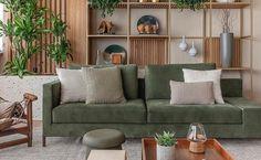 Sofá verde para sala moderna decorada com estante de madeira – Foto: AS Design Arquitetura Decor, Apartment Interior Design, Living Decor, Sofa Home, Sofa Decor, Cool Rooms, Green Decor, Throw Pillows Living Room, Home Deco