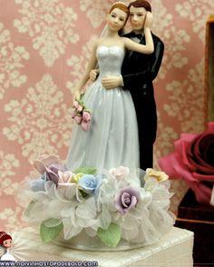 Se seu bolo acompanhar lindas flores, este topo de bolo irá combinar perfeitamente! Feito em porcelana, a noiva carrega um lindo buquê de rosas e ainda acompanha uma base com rosas pintadas à mão!  www.noivinhostopodebolo.com
