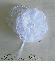 Pulseira de perolas brancas tres voltas, , flor de renda com miolinho de perolas E aplicação de strass.  Pode ser reproduzida em outras cores, tamanhos e modelos. R$ 28,00