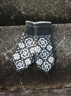 Ravelry: Fina Evelina pattern by JennyPenny Knitted Mittens Pattern, Knit Mittens, Knitted Gloves, Knitting Patterns, Wrist Warmers, Hand Warmers, Fair Isle Knitting, Hand Knitting, Fingerless Mittens