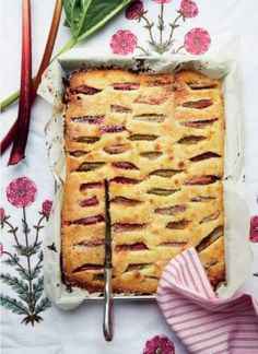 Rabarberkage - supernem pund til pund-kage med rabarber, hvor du bruger samme mængde smør, mel og sukker.