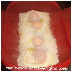 Huevos fritos saludables al microondas Sin aceite, al vapor con el estuche de Lékué Ricos, deliciosos y sabrosos son estos huevos fritos sin freír que puedes elaborar gracias al estuche de lékué. Estos huevos quedan de aspecto idéntico a los huevos fritos y, con lo saludables que son, para mi, ya saben a gloria. Son perfectos para acompañar platos de espinacas al vapor (receta aquí) o para poner ... Microwave Recipes, Cooking Recipes, Healthy Recipes, Egg Tortilla, Yummy Treats, Yummy Food, Steam Recipes, Huevos Fritos, Sin Gluten
