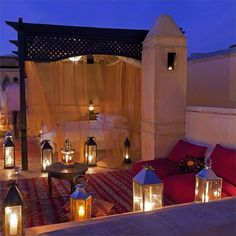 ✨🔸Morocco by Night!! ✨ #terrace #candles #lantern #carpet #rug #terrace #roptop #riad #red #winter #travel #holiday #meknes #marrakech #morocco #lovemorocco #mydearmorocco ✨▫️🔸✨▫️⭐️▫️💫🔸✨