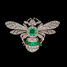 An emerald and diamond brooch, c. 1900. Gold/silver. L. 4,6 cm.. - The Spring Classic Sale, Stockholm 568 – Bukowskis