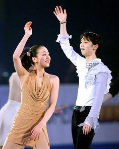 エキシビションのフィナーレで観客に手を振る優勝した浅田真央(左)と羽生結弦=2013年12月8日 (518×650) http://www.asahi.com/olympics/sochi2014/gallery/hanyuyuzuru/039.html