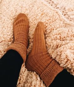 Fall Vsco Girl Fuzzy sock Super soft comfy fuzzy socks Board: Fall things Source by amelie_sabourin. Winter Date, Fall Winter, Fall Days, Over The Knee, Vsco, Cozy Aesthetic, Cozy Socks, Fluffy Socks, Fall Socks