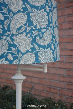 Ugly Lamp - Brass Thrift Store Lamp Makeover - Covered lamp shade with paper. Floor Lamp Makeover, Old Lamp Shades, Thrift Store Crafts, Thrift Stores, Painting Lamps, Painting Furniture, Old Lamps, Diy Notebook, Restaurant