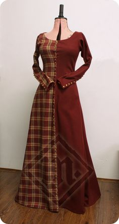 Medieval 14th century woolen miparti checkered by LadyMalinacom. Great idea, I'd love a parti-colored plaid cotte.