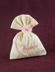 www.mpomponieres.gr Μπομπονιέρα βάπτισης πουγκί από ύφασμα βαμβακερό, δεμένο με δυο κορδόνια διαφορετικού χρώματος, διακοσμημένο με χρωματιστό λουλουδάκι και κεντημένο το όνομα του παιδιού. http://www.mpomponieres.gr/mpomponieres-vaptisis/mpomponiera-vaptisis-pougki-vamvakero-me-onoma.html #μπομπονιερες #μπομπονιερεσ #βαπτιση #mpomponieres #bombonieres #vaptisi