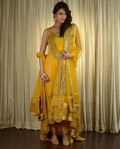 Mehndi event is very important in Asian wedding. specially in Pakistan bridal used to wear yellow,New and Latest Bridal Mehndi dresses for girls. Pakistani Mehndi Dress, Bridal Mehndi Dresses, Pakistani Couture, Pakistani Outfits, Indian Outfits, Indian Clothes, Wedding Mehndi, Western Outfits, Mehendi