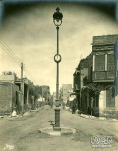 أعمدة الكهرباء في شوارع محافظة الفيوم سنة 1927 في عهد الملك فؤاد الاول . و قد تقرر وقتها أن يشمل تصميم الاعمدة لساعات يتعرف من خلالها المواطنون علي الوقت .