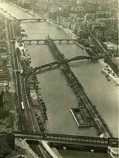Paris 1934 Vue sur la Seine depuis la Tour Eiffel, vers l'aval. Au centre, l'île au Cygnes et son établissement de bains.