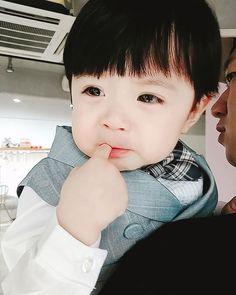 Awww que lindo Dad Baby, Cute Baby Boy, Cute Little Baby, Little Babies, Baby Love, Cute Kids, Baby Kids, Cute Asian Babies, Cute Korean Boys