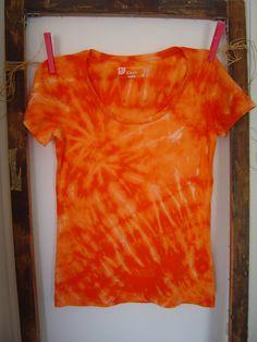 Reverse Tie Dye T-Shirt 100% cotone. Rainbow di AdeleDaniele