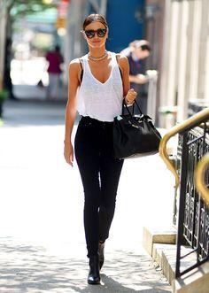 """Espectacular: camiseta sin mangas muy ancha sobre lencería que pueda ser """"vista"""" combinada con vaqueros informales negro y bolso shopper negro."""