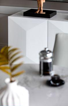Buffet contemporain en céramique, bois MDF laqué blanc et acier VERONE. Dimensions : 180x52cm, hauteur 80cm. De style contemporain et design, le buffet bahut repose sur du métal noir et comporte une façade et des côtés en bois laqué blanc. Son plateau est en céramique blanche avec nervures grises. Ce grand buffet se compose de 3 portes masquant 1 étagère. Dans un salon ou une salle à manger, le buffet design se démarque avec son solide plateau en céramique.