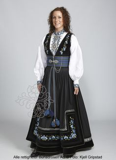 Beltestakk fra Telemark - BunadRosen AS Classy Outfits, Pretty Outfits, Unique Dresses, Vintage Dresses, Norwegian Clothing, Scandinavian Fashion, Spring Outfits Women, Folk Costume, Ethnic Fashion