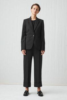 Zwarte items die je oneindig kan combineren - Shopperella Black Trousers, Cropped Trousers, Trousers Women, Straight Cut, Poplin, Blazer, Legs, Wool, Fashion