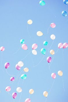 Pastel balloons for a Mary Poppins adventure Phone Screen Wallpaper, Iphone Wallpaper, Cute Wallpapers, Wallpaper Backgrounds, Ballons Pastel, Lily Cat, Happy Birthday Wallpaper, Aesthetic Backgrounds, Blue Aesthetic