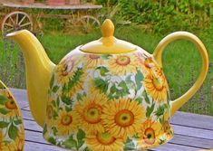 Jameson and Tailor sunflower teapot Teapots And Cups, Teacups, Sunflower Kitchen Decor, Teacup Candles, Sunflower Design, Tea Tins, Tea Cozy, Tea Service, China Painting