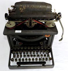 Antiga e decorativa máquina de escrever da marca `L.C.S..