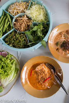 Kanom Jeen Curry Noodles in Korat, Thailand (ขนมจีนครูยอด) http://www.eatingthaifood.com/2014/10/kanom-jeen-restaurant-korat-thailand/