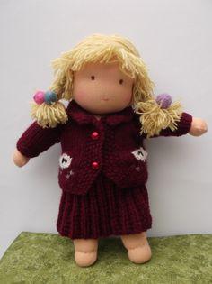 30㎝の女の子のウォルドルフ人形です。体はコットンのストッキネット、中身は羊毛です。髪の毛はシングルプライの毛糸で、草木染で染めました。みつあみに編んでいてフ...|ハンドメイド、手作り、手仕事品の通販・販売・購入ならCreema。