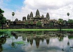カンボジアにあるアンコール遺跡群は、紀元9世紀から15世紀に存在したクメール王国の首都であり、荘厳な遺跡の数々で知られる広大な寺院都市である。この中には単一宗教のモニュメントとしては世界最大の寺院遺跡であるアンコール・ワットと、巨大な人面像の数々で知られるバイヨン寺院(アンコール...