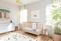 chambre bebe complete, jolie chambre bébé mixte, lit bebe en bois clair