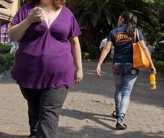 メキシコの首都メキシコ市の通りを歩く肥満の女性(2013年5月20日撮影、資料写真)。( - Yahoo!ニュース(The Telegraph)