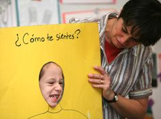 How easy and fun. I can totally see older kids doing this too! ✿ Spanish Learning/ Teaching Spanish / Spanish Language / Spanish vocabulary / Spoken Spanish ✿ Share it with people who are serious about learning Spanish! Bilingual Classroom, Classroom Language, Spanish Classroom, Spanish Teacher, Teaching Spanish, Teaching English, Preschool Spanish, Spanish Activities, Spanish Games