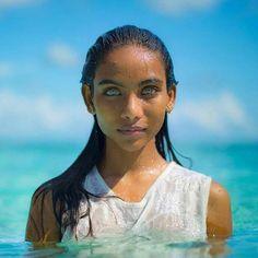 Uma linda garota maldiva com os olhos da cor do oceano.