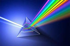 Luz blanca traspasando un prisma dando resultado de arcoiris