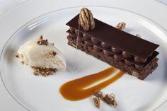 Mille foglie di cioccolato gelato alla vaniglia e salsa al caramello