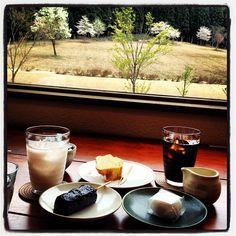 八海山(Hakkaisan)のお店「さとや」にて。麹ドリンクの桜が美味。バウムクーヘンの外かけグラスは八海山の大吟醸入り。胡麻団子、大福もワンランク上の美味しさだった。八海山の仕込み水で淹れられたという珈琲もまろやかでよろし。 Hakkaisan → http://www.hakkaisan.com/