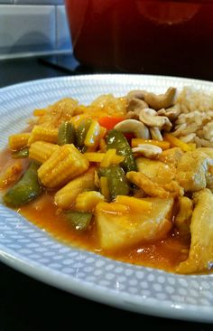 Sötsur gryta med kyckling, wokgrönsaker och ananas. En god och lättlagad rätt som du enkelt slänger ihop. Wok, I Love Food, Food Inspiration, Thai Red Curry, Recipies, Food And Drink, Low Carb, Tasty, Lunch