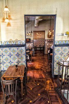 Casa Carmencita está en la calle Libertad, 16, en el barrio de Chueca. Madrid Spain Tapas Restaurant, Restaurant Concept, Restaurant Design, Spanish Coffee, Visit Madrid, Coffee Places, Café Bar, Mediterranean Design, Interior Design Business