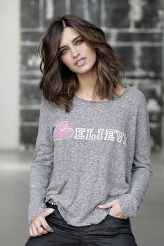 Sara-Carbonero-Long-Bob-Wavy-Hair-Believe-Tee.