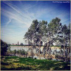 La #PicOfTheDay #turismoer di oggi ci porta a pedalare lungo la #ciclabile della #DestraPo, il percorso che accompagna il nostro Grande Fiume verso il mare #Berra #Ferrara Complimenti e grazie a @sara91st / Today's #PicOfTheDay #turismoer brings us to #bike along the #DestraPo #bikepath, the route that follows the #Po river to the sea #Ferrara #DeltaPo Congrats and thanks to @sara91st
