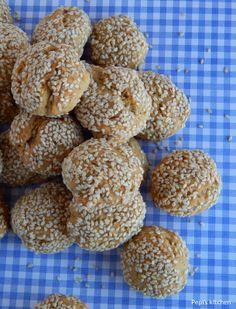 """Κουλουράκια σουσαμιού. Τα έφτιαξε η Πέπη από το blog """"Pepi's Kitchen"""" και τους έδωσε σχήμα μικρής μπαλίτσας. Τέλεια όψη! Μπράβο!  http://laxtaristessyntages.blogspot.gr/2014/04/koulourakia-sousamiou.html"""