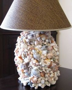 Настольная лампа, декорированная морскими ракушками