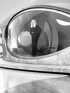 Ideas para editorial de moda con temática retro futurista.