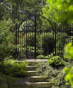 В зависимости от размеров ворот, несущие столбы могут быть как мощными столпами, так и аккуратными металлическими стержнями
