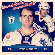 Happy Birthday, David Roberts. Der US-Amerikaner spielte von 2001 bis 2004 in Berlin und kam hierbei in 153 DEL-Spielen (inkl. Playoffs) auf stattliche 143 Punkte. Wir gratulieren unserer ehemaligen Nummer 9 zu seinem heutigen 45. Geburtstag und wünschen weiterhin alles Gute und viel Gesundheit. #einmaleisbär #immereisbär #happybirthday
