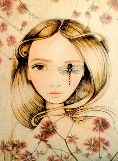 mujer con impresión de arte de libélula