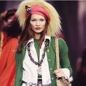 Retour sur l'audace de cette décennie folle au fil de ces images de perles et de pierres XXL accumulées au cou de Naomi Campbell, Claudia Schiffer, Helena Christensen et les autres mannequins stars des années 90