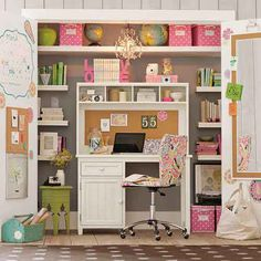 Amazing office in a closet ~ The link is not english but it's a great photo for Pinspiration!